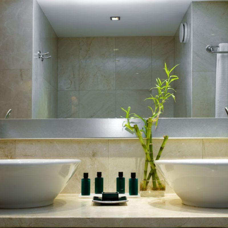 Naturstein-Platten im Bad